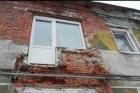 В аварийном доме Барнаула из-за обвалившегося льда рухнул балкон
