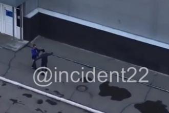 Житель Барнаула, выйдя из пивнушки, начал кидаться на людей и авто