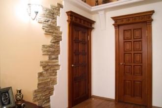 Двери из массива дерева: что стоит за высокой ценой